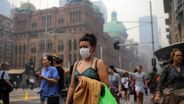 Sydneysiders strap on masks to cope with bushfire smoke