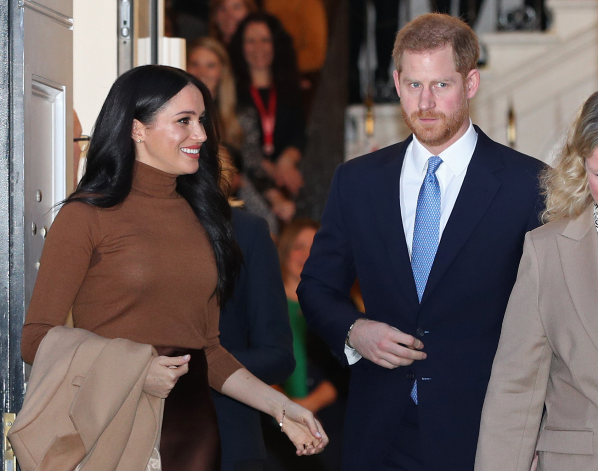 Meghan Markle heads back to Canada as Queen calls for an emergency summit_1