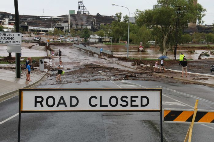 Queensland rain cuts roads and prompts warnings of flash flooding_1