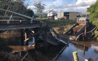victoria bridge collapse truck